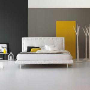 Łóżko Eureka włoskiej marki Bonaldo to nowość, prezentowana w tym roku w czasie targów Isaloni. Dekoracyjne przeszycia zagłówka i delikatne tkaniny, których użyto przy jego tapicerowaniu sprawiają, że model jest nie tylko wygodny, ale i wyjątkowo reprezentacyjny. Na zamówienie, Bonaldo.