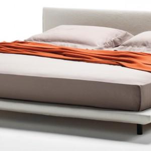 Łóżko Chemise to design projektanta Piero Lissoniego z 2012 roku.  Łatwo zdejmowalne pokrycia dodają mu funkcjonalności, a prosta, unikatowa forma – piękna. Living Divani/LAB.