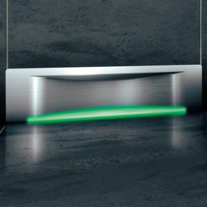 Odpływ ścienny Scada (nowość z 2013 r.) dostępny jest z pokrywą Wave, która sprawia, że powierzchnie zakrzywione wydają się optycznie większe. W opcji z podświetleniem LED lub bez. Całkowita wysokość odpływu: 80 cm do górnej krawędzi płytek. Przepustowość: 30 l/min. Cena: ok. 1.845 zł (z podświetleniem LED), Kessel.