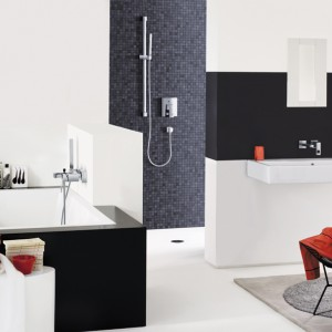 Eurocube – wannowa, z zestawem prysznicowym; kubistyczny design, wyraźne krawędzie, zgeometryzowana forma; wyposażona w głowicę ceramiczna 46 mm oraz regulowany ogranicznik strumienia przepływu; automatyczny przełącznik: wanna/prysznic. Cena: ok. 360 euro, Grohe.