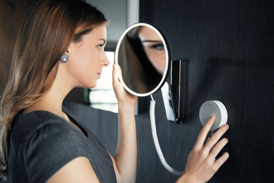 Sensorowy panel pozwala na indywidualne ustawienie barwy oświetlenia. Lusterko z 5-krotnym powiększeniem iLook_move od Keuco można optymalnie ustawić na wysokość, wychylać na boki oraz w górę i dół. Elastyczne ramię pozwala na korzystanie z niego na siedząco i stojąco; cena: ok. 489 euro, www.keuco.de