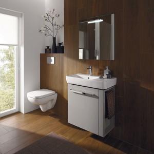 Do małych toalet przeznaczone są kolekcje o zmniejszonych wymiarach. Sedes i umywalkę Renova Nr 1 Comprimo marki Keramag można zainstalować na stelażach obok siebie, modelując nad zamaskowaną spłuczką np. półkę na kwiaty; Koło.