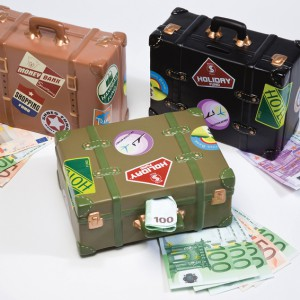 Skarbonka-walizka z pewnością pomoże oszczędzić pieniądze na wymarzoną podróż. Cena: ok. 109 zł, Kare Design/Galeria Antresola.