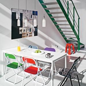 Każde krzesło w jadalni jest w innym kolorze, a jednak wszystkie do siebie doskonale pasują. To barwne, ale i niestandardowe zestawienie. Znajdziemy ich tu wiele.