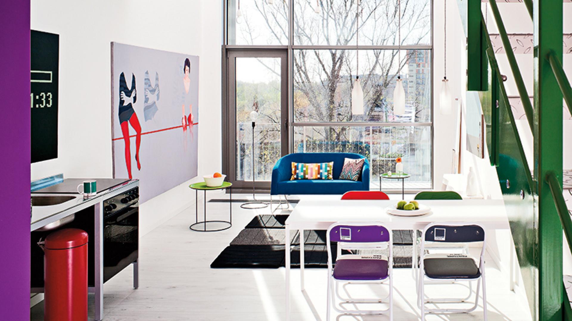Wnętrze jest jasne i pełne światła, dzięki czemu loft wydaje się dużo większy niż w rzeczywistości. Taka przestrzeń pozwoliła także wyeksponować duże, kolorowe obrazy.