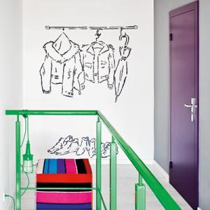 Mural z wiszącymi ubraniami i butami sygnalizuje, że w przyszłości w tym miejscu pojawi się garderoba.
