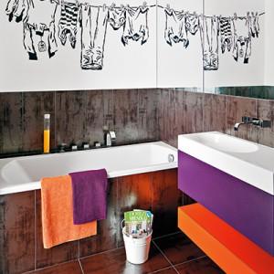 Pranie nad wanną to nic innego jak mural. To prosty pomysł, który nadał łazience wyjątkowego charakteru.