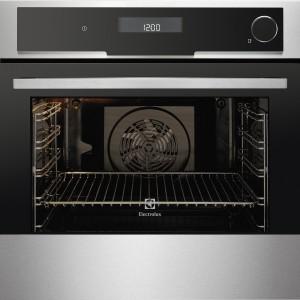 EOC6851AAX INSPIRATION – wielofunkcyjny z funkcja piekarnika parowego; duży wybór programów, w tym łączących pieczenie z gotowaniem na parze; 3 poziomy pieczenia, czyszczenie pyrolityczne (z automatycznym przypominaniem), termosonda, zintegrowane przepisy, funkcje podtrzymywania ciepła i automatyczne wyłączanie; dzięki m.in. izolacji zużywa o 30% mniej energii niż urządzenia klasy A; poj. 74 l; cena: ok. 6.500 zł. Electrolux.