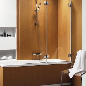 CARENA PN – parawan ze szkła (gr. 6 mm), przejrzystego lub brązowego z powłoką Easy Clean ułatwiającą utrzymanie w czystości; składany na ścianę; mosiężne zawiasy z mechanizmem podnoszenia i opuszczania (podczas składania i rozkładania); w wersji jedno – i dwuczęściowej; cena: od ok. 1.132 zł, Radaway.