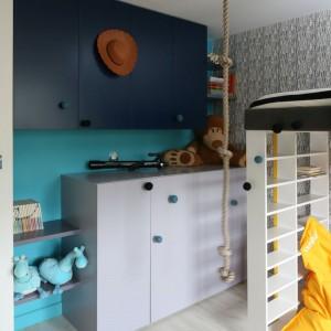 W pokoju syna poza bielą, czernią i szarościami pojawia się też dodatkowy weselszy akcent kolorystyczny – żółty i turkus. Wyposażenie: łóżko i szafki na zamówienie / tapeta Work Walls / lampa wisząca Vate IKEA / podłoga panele laminowane. Fot. Bartosz Jarosz.