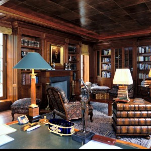 Klasyczny gabinet to  idealna przestrzeń dla antyków. Kolekcja kilku obrazów olejnych w wybranej tematyce czy oryginalna lampa nabiurkowa w stylu Art Déco podkreślą ekskluzywny charakter wnętrza. Fot. Wirchomski.