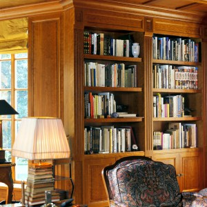 Warto zwrócić uwagę, aby w bibliotece znajdowały się najbardziej reprezentacyjne wydawnictwa, które podkreślą elegancki charakter miejsca. Fot. Wirchomski.