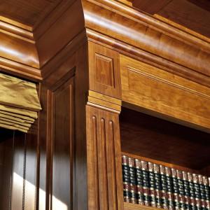 W klasyczny styl męskiego gabinetu najlepiej wpisują się drewniane meble o ciekawej formie. Fot. Wirchomski.