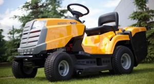Traktor ogrodowy doskonale radzi sobie z zadaniami w ogrodzie. Pojemny kosz na ściętą trawę oraz wydajny silnik pozwalają na profesjonalną pielęgnację trawnika, a wielozadaniowy system akcesoriów sprawdza się o każdej porze roku.