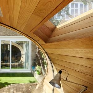 Deski z białego dębu amerykańskiego, wykorzystane wewnątrz pawilonu poddano olejowaniu. Dzięki temu udało się wydobyć głęboki kolor drewna. Wraz z upływem czasu kontrast wizualny pomiędzy wnętrzem a elementami zewnętrznymi pawilonu będzie wyraźniejszy. Fot. Platform 5 architects.