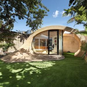 """Pawilon ogrodowy Shoffice w formie falistej """"rzeźby"""" w naturalny sposób wtapia się w ogród. Fot. Platform 5 architects."""