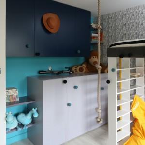 Wyposażenie: szafki wykonane na zamówienie, tapeta Work Walls, na podłodze panele laminowane. Fot. Bartosz Jarosz.