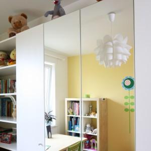 Praktycznym rozwiązaniem jest szafa w zabudowie. Duże lustra, umieszczone na drzwiach mebla, sprawiają wrażenie, że pokój wydaje się większy. Fot. B. Jarosz.