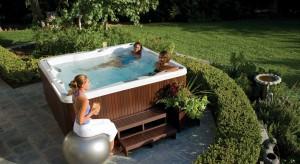Relaks w ogrodzie? Dlaczego strefy kąpielowej nie przenieść na świeże powietrze! Latem chłodu poszukajmy w komfortowej wannie SPA, zimą skorzystajmy z gorącej kąpieli w tradycyjnej, drewnianej balii.