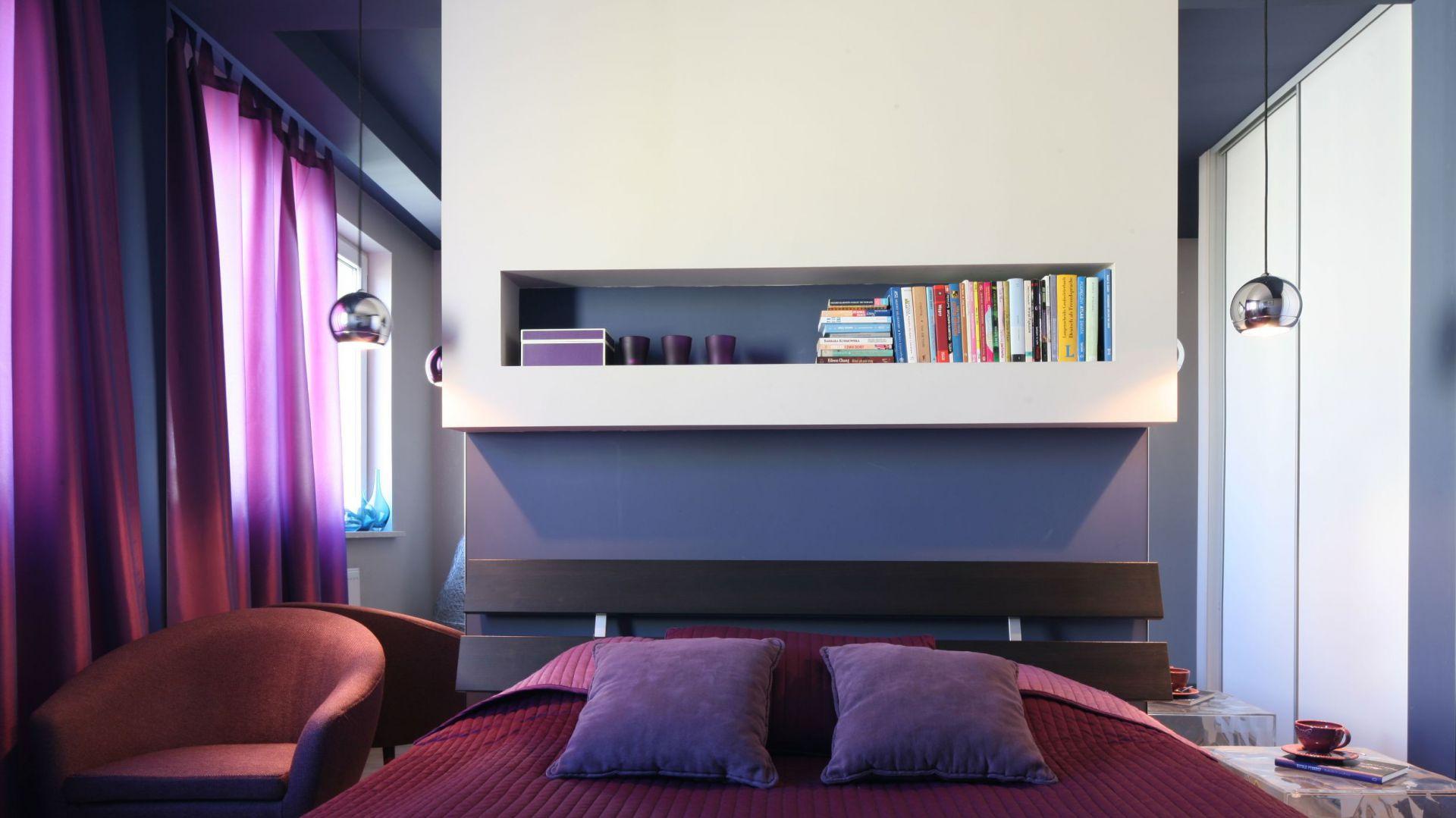 Półka nad łóżkiem  to praktyczne miejsce do przechowywania ulubionych książek. Fot. Bartosz Jarosz.
