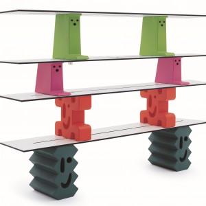 System półek Ladrillos (proj. Javier Mariscal). Wesołe stworki pozwalają na swobodne przestawianie półek i służą jako praktyczne meble oraz zabawna dekoracja. Cena w zależności od zestawu. Magis Me Too/Fabryka Form.