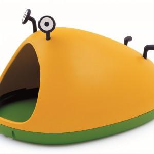 Stworek Nido (proj. Javier Mariscal) został stworzony z myślą o zachęcaniu najmłodszych do aktywności ruchowej i stymulowaniu ich rozwoju poznawczego. Miękkie podłoże wykonano z materiału przypominającego trawę, pozbawiona kantów forma zapewnia bezpieczeństwo maluchom. Magis Me Too/Galeria Wnętrza.
