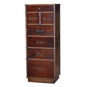 Słupek posiada siedem szuflad o różnych wielkościach ze zdobionymi uchwytami. Cena: 3.521 zł. Fot. Royal Decor.