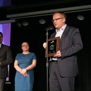 Krzysztof Socha, prezes zarządu firmy Ravak SA, odbiera wyróżnienie za wannę Love Story II.
