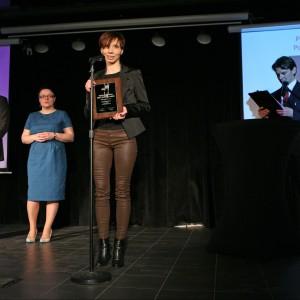 Maja Bochniak, członek zarządu firmy KMK Studio odbiera tytuł Dobry Design dla marki Made for bed za zagłówek modułowy do sypialni. Drugi tytuł Dobry Design 2014 trafił do tej marki również w kategorii Przestrzeń Dziecka (podkategoria Dekoracja Pokoju).