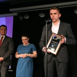 W kategorii Akcesoria i Dekoracje tytuł Dobry Design 2014 zdobyło lustro podświetlane 3D Led firmy PPHU Szkło-Lux Zbigniew Rus. Nagrodę odebrał Sebastian Rus, dyrektor handlowy w firmie szkło-Lux.
