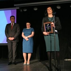 Anna Wiśniak, brand manager marki Opoczno, odbiera wyróżnienie dla kolekcji płytek Desert Storm (Rovese SA, marka Opoczno).