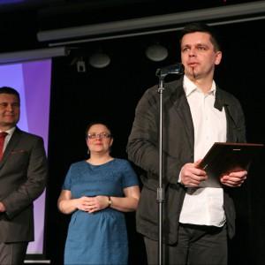 Paweł Kwiatkowski, przedstawiciel firmy Grespania Polska, odbiera tytuł Dobry Design dla kolekcji płytek Basilea.
