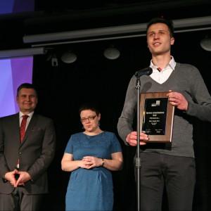 Mateusz Juszczyk, przedstawiciel firmy Namat i tytuł Dobry Design 2014 w kategorii Oświetlenie dla oprawy oświetleniowej Olaf firmy Namat.