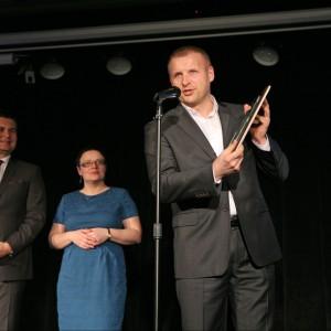 Mariusz Fijałkowski, szef nadzoru inwestycji w firmie Porta KMI Poland odbiera wyróżnienie za drzwi zewnętrzne Eco Polar.