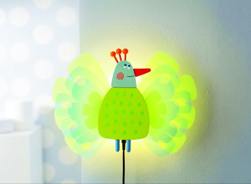 Uroczy kinkiet w formie Pawia daje kameralne oświetlenie. Producent: Haba. Fot. babyvip.pl