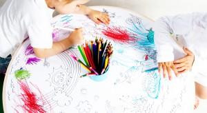 Do malowania farbami, kredkami, kolorowania, a przy tym wygodny, przyjazny dzieciom i proekologiczny. Dzieło polskiej projektantki Katarzyny Herman-Janiec.