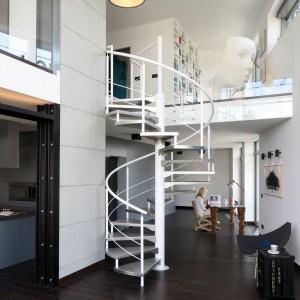 Wnętrze zaprojektowane jest w stylu industrialnym. Oryginalność łączy się w nim z wygodą i komfortem. Fot. Bartosz Jarosz.