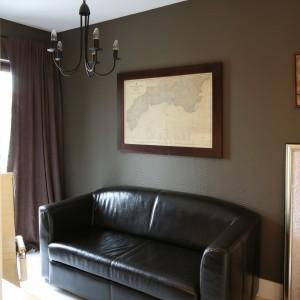 Gabinetowa strefa gościnno-wypoczynkowa. Ścianę - zamiast obrazu – zdobi mapa. Fot. B. Jarosz.