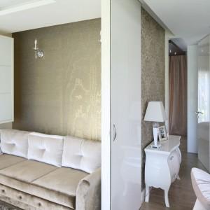 Gabinet oddziela od przestrzeni salonu duże, przesuwne drzwi wykonane z białego MDF-u w połysku. Fot. Bartosz Jarosz.