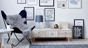 Poduszki z napisami, ozdobne litery, plakaty z ulubionymi cytatami to efektowny sposób na dekorację. Zapraszamy do obejrzenia inspirującej galerii z pomysłami na aranżację sypialni!