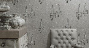 Przedstawiamy srebrne dodatki, które dodadzą blasku każdej sypialni. Migoczące lustra, połyskujące wazony czy lśniące świeczniki w ciekawy sposób ożywią przestrzeń, jednocześnie dodając jej uroku.