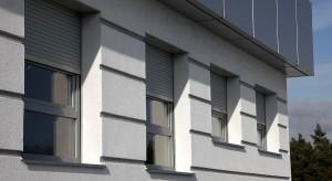 Dla tych, którym ogromne skrzynki rolet zewnętrznych psują estetykę elewacji, polecamy rozwiązania podtynkowe. Skrzynkę można wkomponować w ścianę budynku, dzięki czemu staje się niewidoczna.