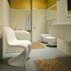 Łazienka jest prosta, pozbawiona  elementów  dekoracyjnych,  ze  zdecydowaną  przewagą  bieli  i  szarości,  przełamaną  dodatkami w mocnych, intensywnych kolorach. Fot. Bartosz Jarosz.
