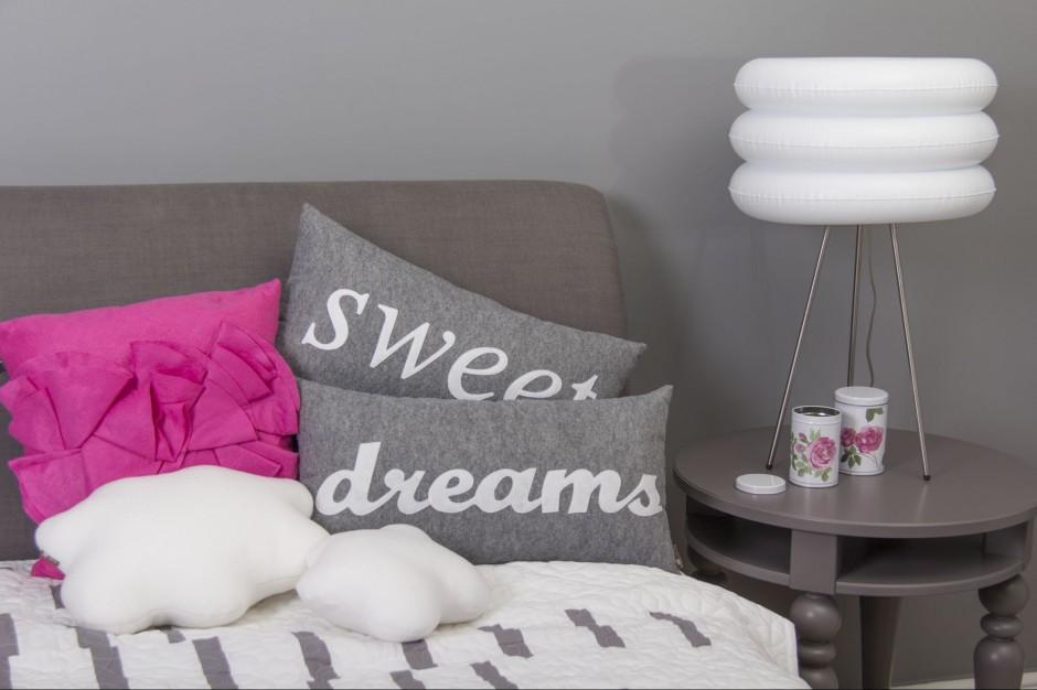 Prostokątna poduszka wykonana z filcu z białą aplikacją.Fot. Lily shop.