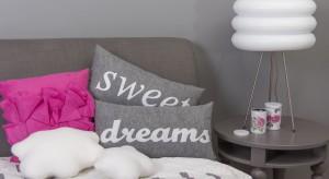 Poduszki z napisami stanowią ciekawy akcent w sypialni, jednocześnie są szybkim sposobem na jej efektowną dekorację. Wciąż modne, świetnie sprawdzą się zwłaszcza w nowoczesnych wnętrzach.