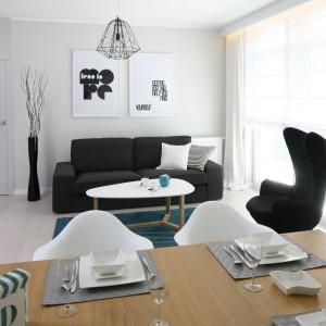 Turkus ożywiający przestrzeń kuchni jest elementem spójnym dla całego wnętrza. Podobnie zresztą jak stylistyka, zainspirowana skandynawską prostotą. Fot. Bartosz Jarosz.