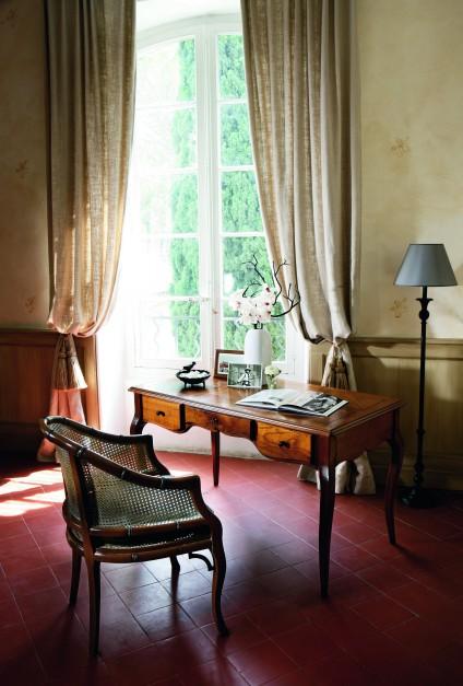 W stylizowanym biurze rolety czy żaluzje zastępujemy efektownymi zasłonami. Fot. Grange.