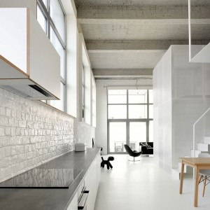Nad blatami roboczymi znalazła się malowana na biało cegła. Fot. adn architectures.