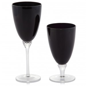 Kieliszek do wina Vader w kolorze czarny. W komplecie dostępna jest również szklanka. Wysokość 24 cm. 25 zł, Home&You.