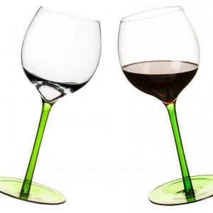 Zestaw dwóch bujających kieliszków do wina, które nigdy nie stoją prosto. Dostępne w kolorze zielonym i ciemnofioletowym. Wysokość 24 cm. Pojemność 550 ml. 89,90 zł, Sagaform/Stereodesign.